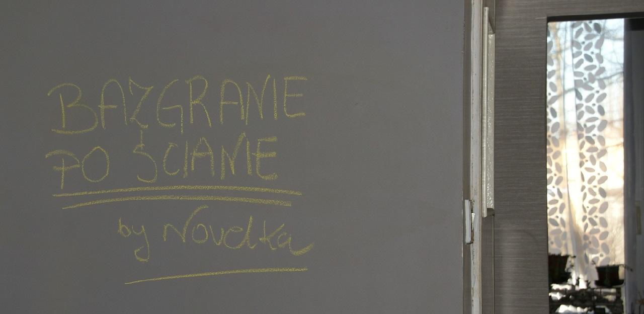 bazgranie po ścianie notatnik farba tablicowa