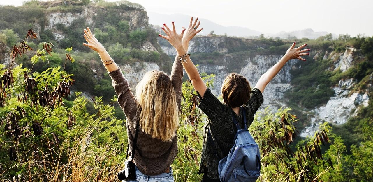 Przyjaźń. przyjaciółki w górach